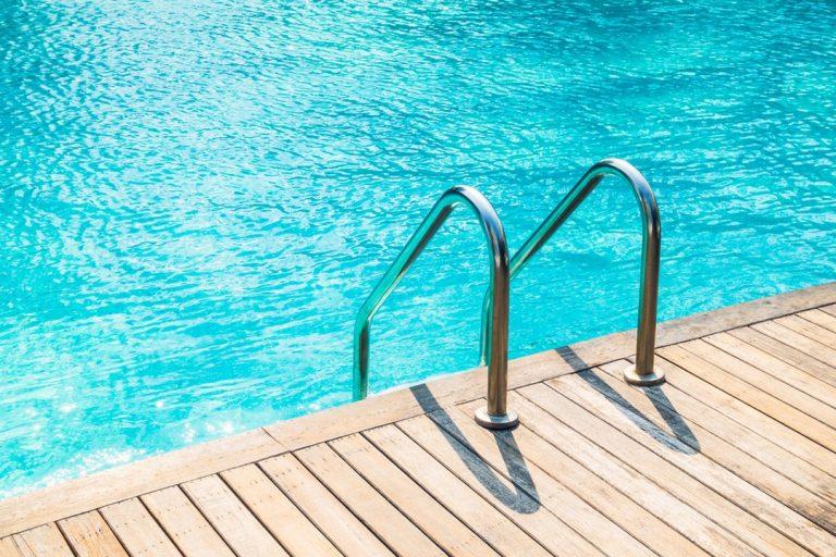 Les escaliers de piscine