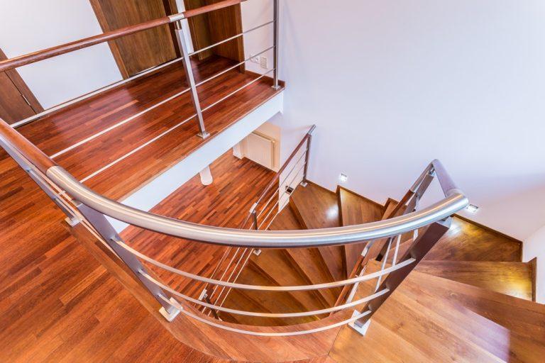 Les étapes d'installation d'une barrière ou d'une rampe d'escalier